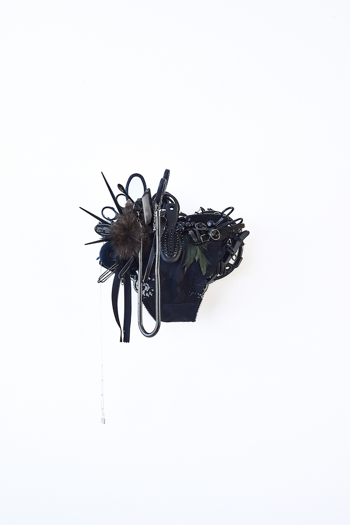 《Black》 / Mixed media / H260×W300×D170 mm / 2015 [Photo:Yoshihiro Ozaki]
