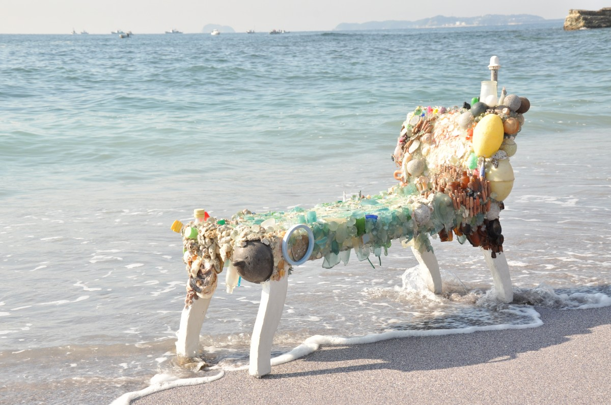 《A place to think of stars》 / 2011 / installation view, Niiya coast Sakushima / Mixed media